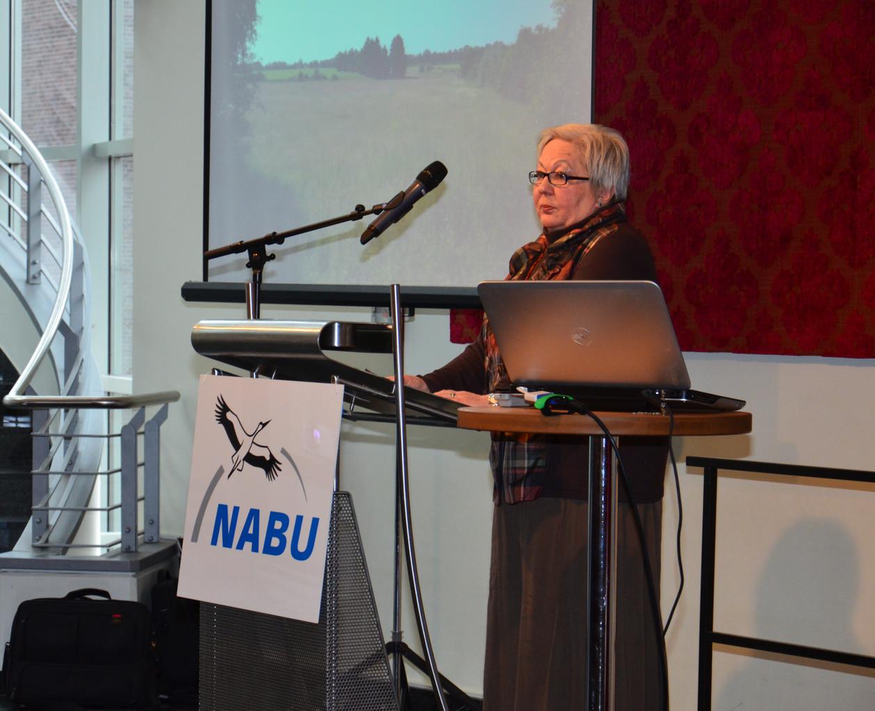Gabriele Krebs stellt die NABU-Buchholz Biotope im Überblick vor