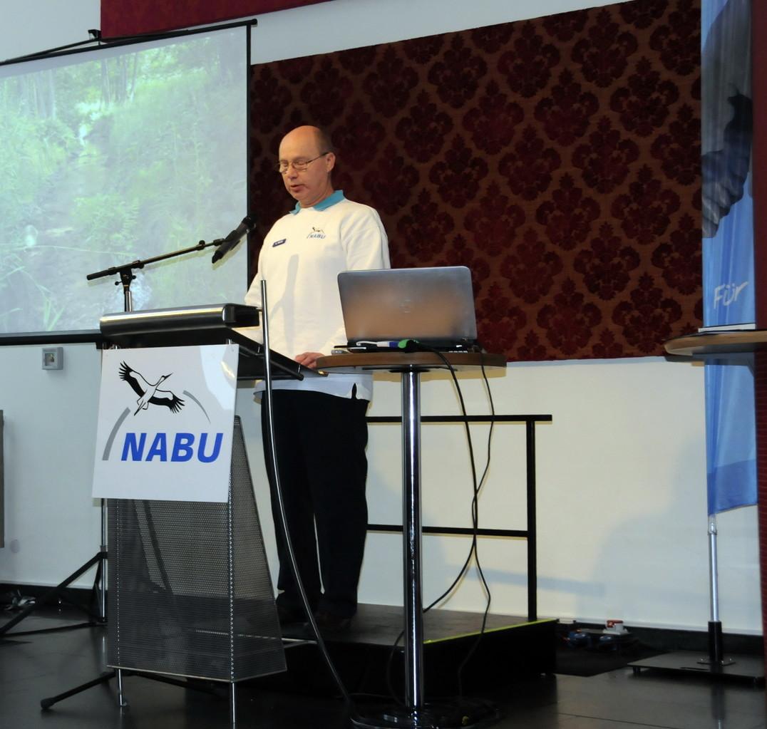 """Reinhard Wietz (Vorstandsmitglied) stellt das Biotop """"Sprötzer Bach"""" vor"""
