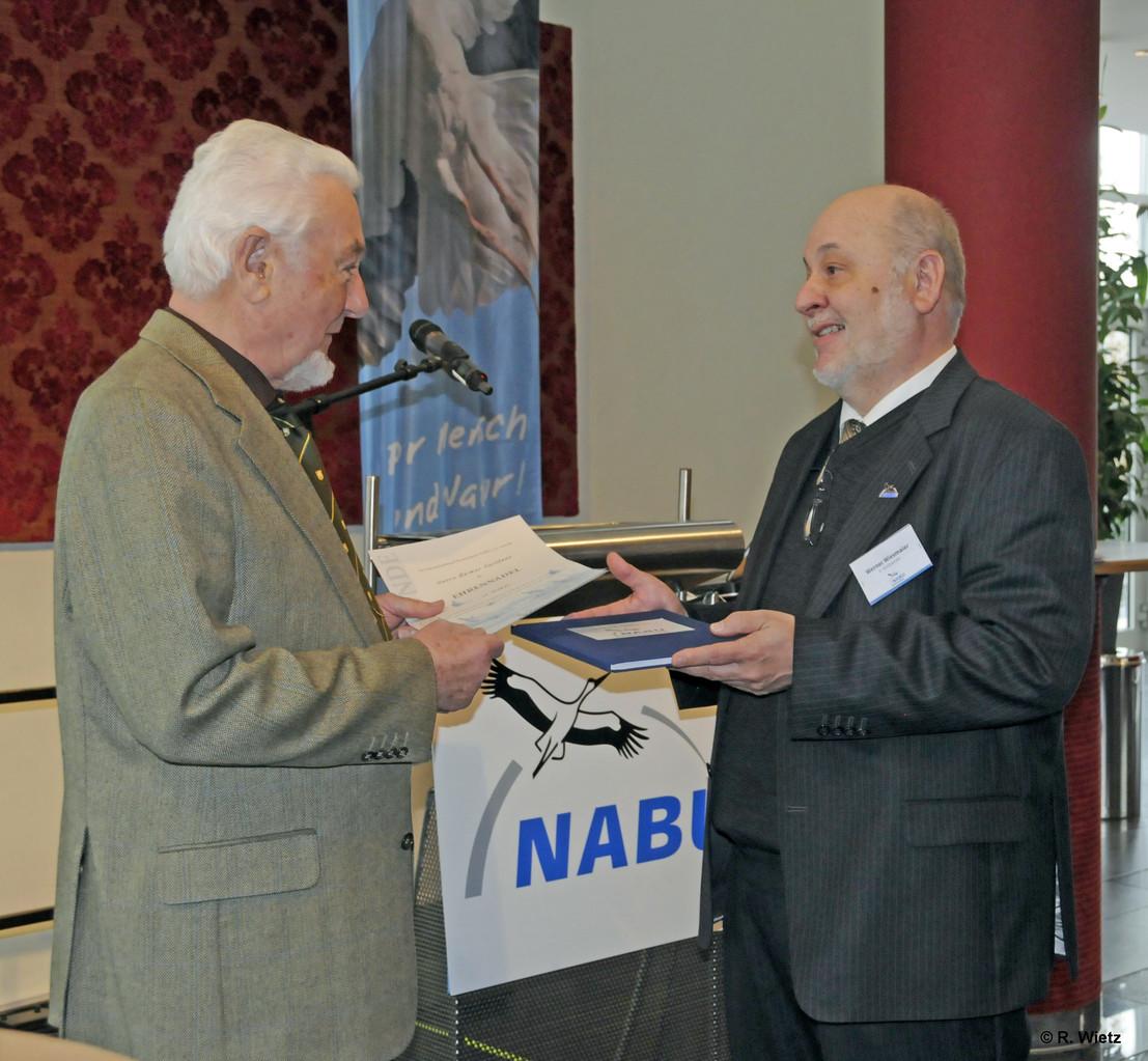 Reimer erhält zusätzlich noch ein Fotobuch als Chronik des NABU-Buchholz
