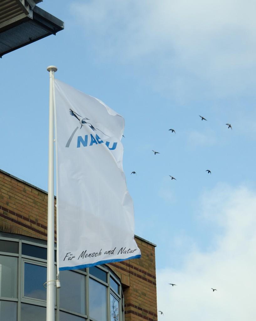 Die NABU-Fahnen wehen am 22.11.2013 vor der EMPORE