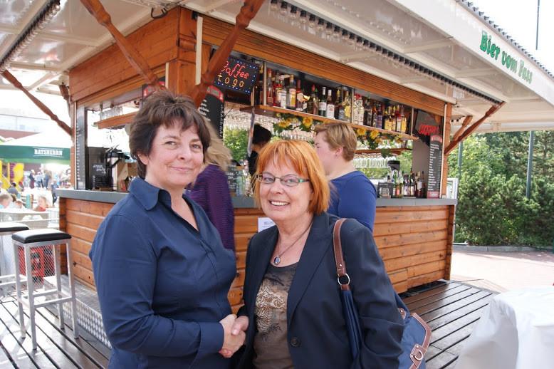 """""""Herzlich willkommen ...!"""" - Sonja Stey, stellv.Vorsitzende der Partei """"Die Grünen""""/Neu Wulmstorf, begrüßt Sylvia Karasch"""