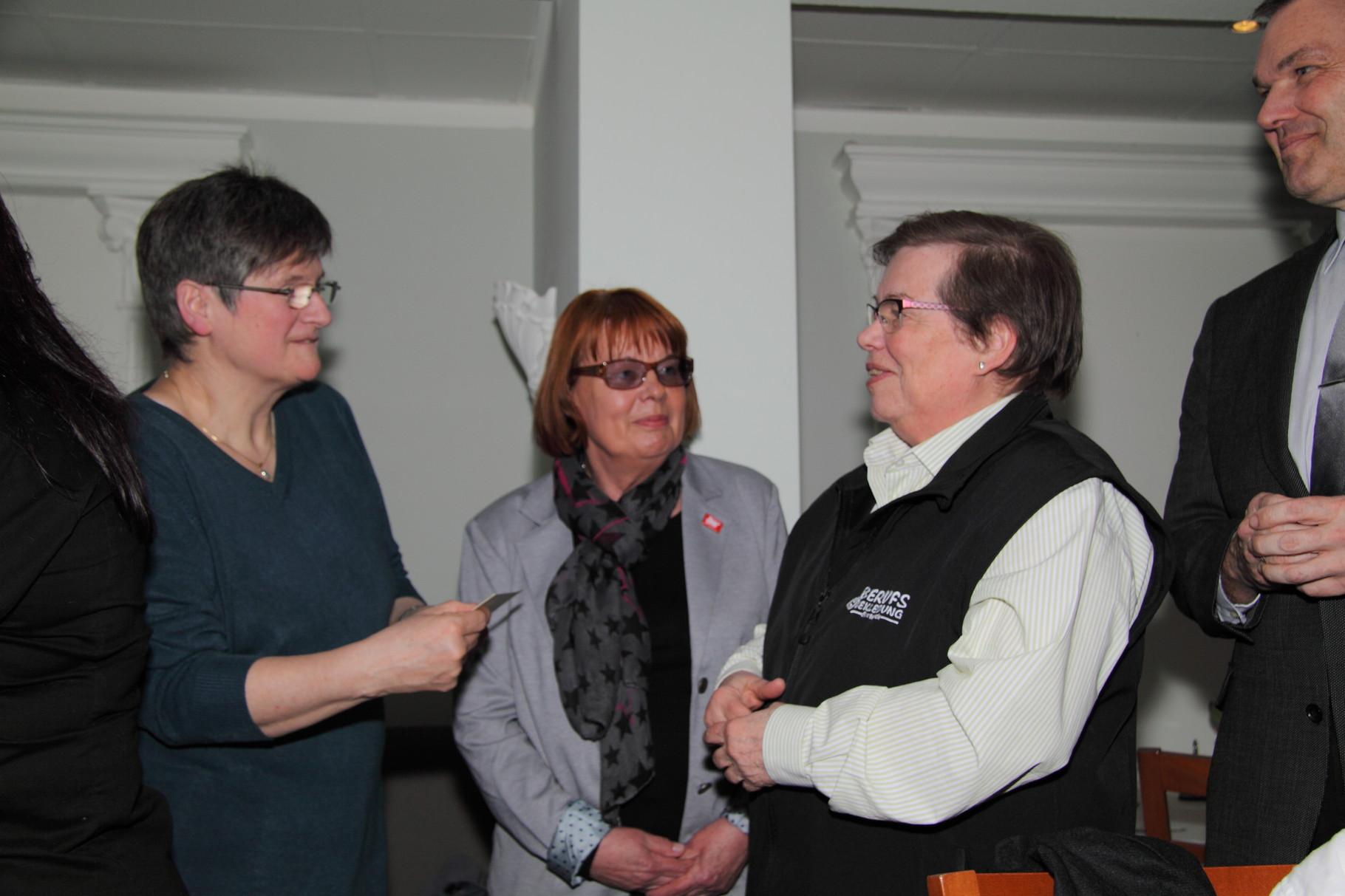 Die Spendenübergabe an Frau Dr. Constanze Hock-Warmuth vom MGH COurage