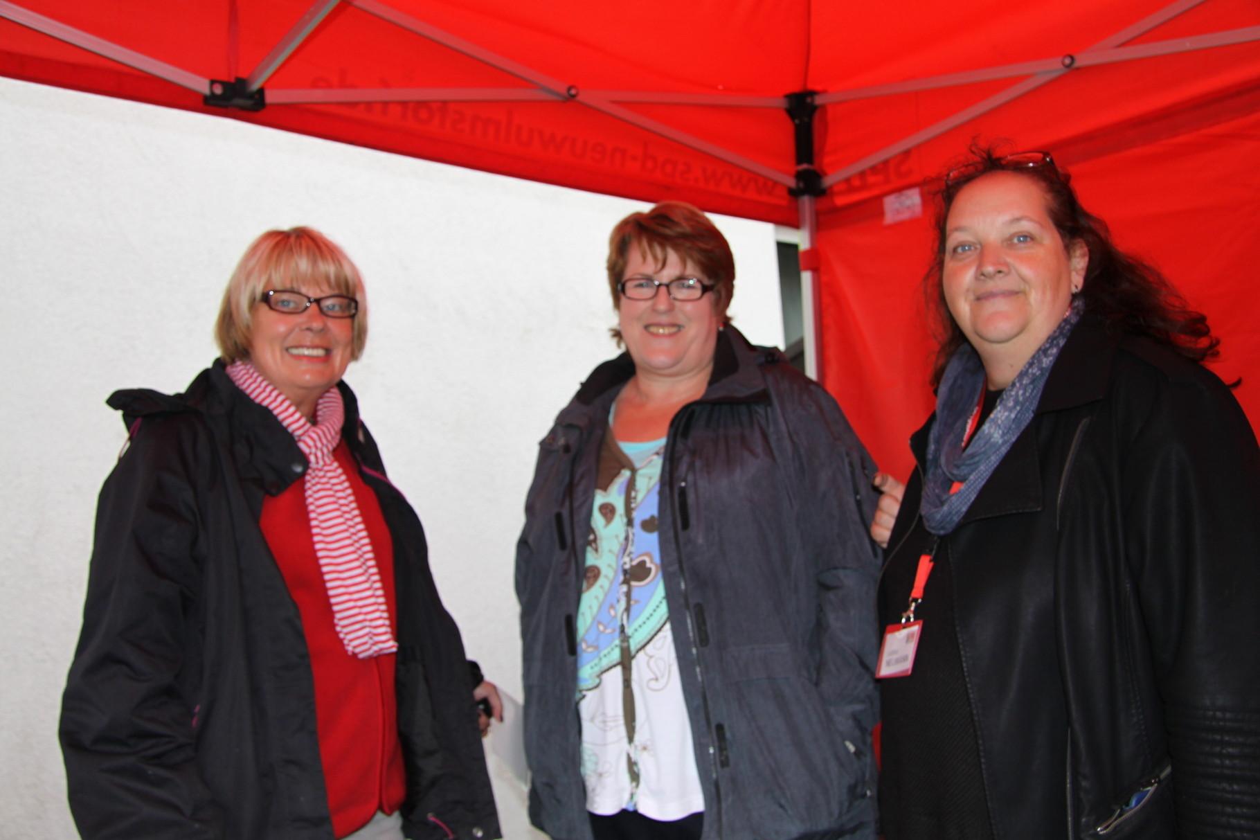 ste..v. Bürgermeisterin Rosy Schnack (SPD), Mitte, im Gespräch mit Sylvia Karasch (li.) und Sabine Neumann (SPD)