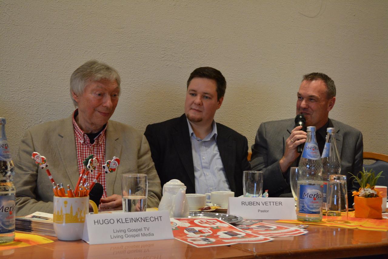 Pastor Ruben Vetter (Mitte) und LivingGospel-TV-Chef Hugo Kleinknecht mit Moderator Thomas Grambow