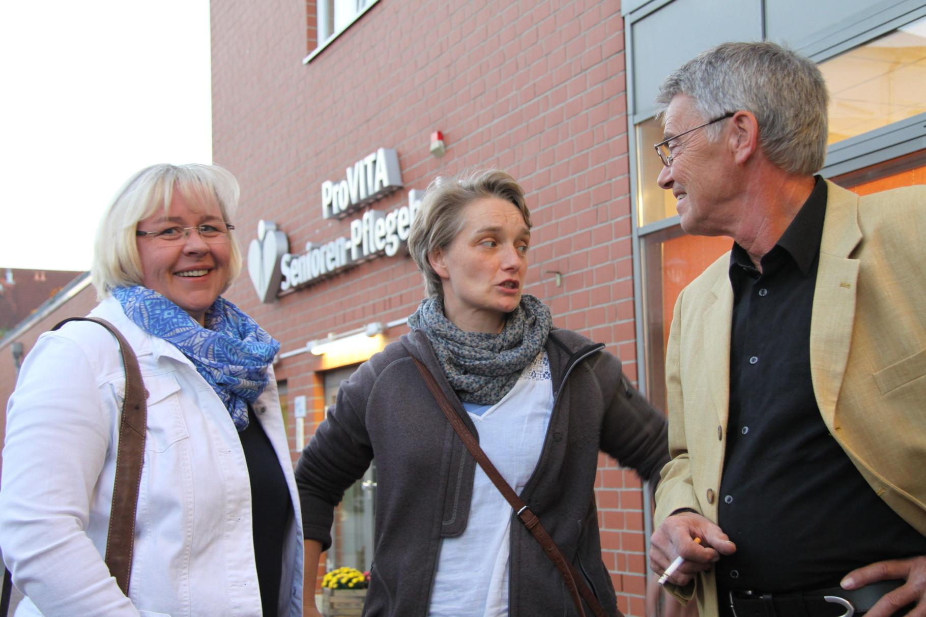 Reinhard Freyer vom Neu Wulmstorfer Wochenmarkt mit seiner Kollegin Frau Boers und einer Mitarbeiterin vom Schönecke-Geflügelstand