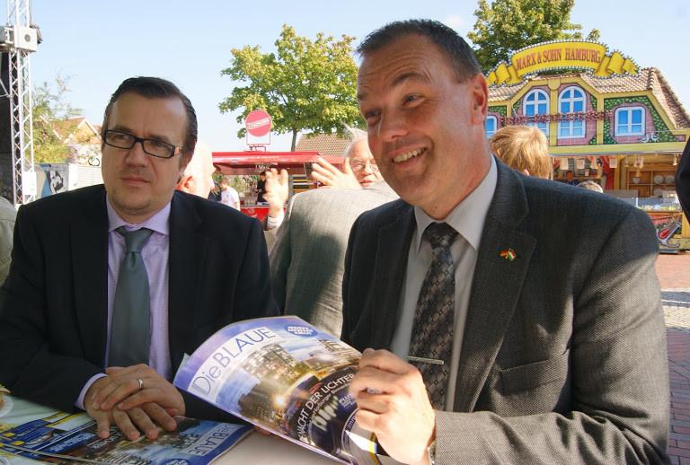 Vize-Bürgermeister Thomas Grambow wirft einen Blick in die aktuelle Ausgabe des Magazins DIE BLAUE, herausgegeben von Bauer-Medienmacher Michael Graul