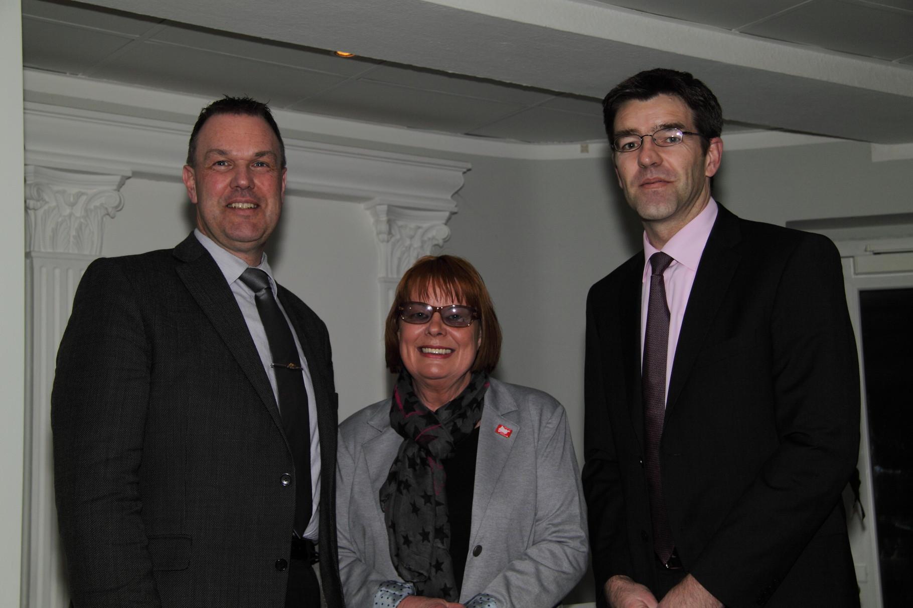 Sylvia Wenig-Karasch und Thomas Grambow begrüßen die Gäste - Stefan Behnke von der Sparkasse Harburg-Buxtehude ...