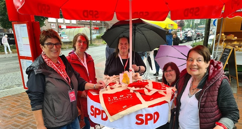 ... hier mit Sabine Neumann + Regina Buyny (beide SPD) + Sylvia Karasch (re.)