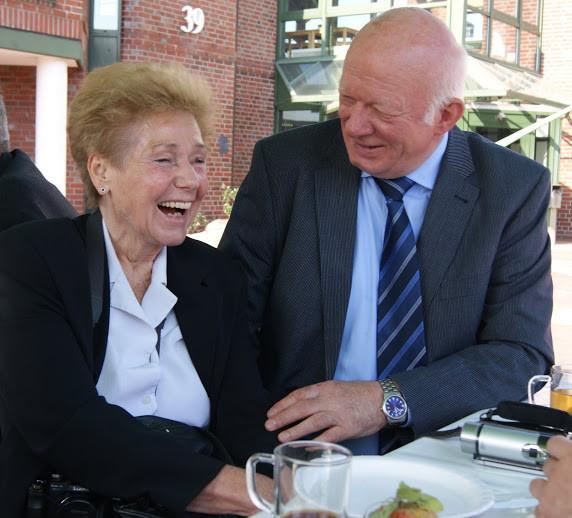 Manfred Karthoff, Neu Wulmstorfer FDP-Urgestein, scherzt mit Verlegerin Hannelore Bobeck-Niculescu