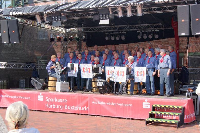 Für die musikalische Unterhaltung sorgte der beliebte Neu Wulmstorfer Shanty-CHor DE WINDJAMMERS unter Leitung von Manfred Menz