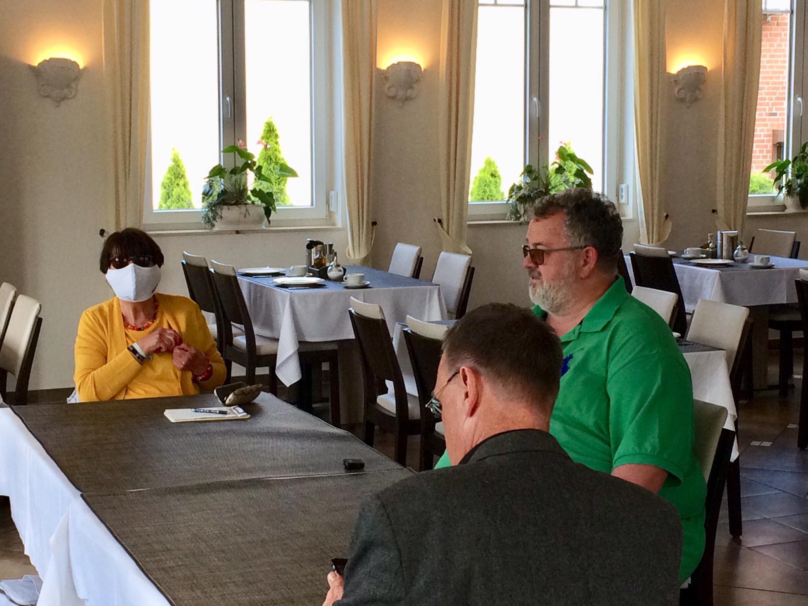 Unser Schirmherr Dirk Ringel bittet vor der Kamera um Spenden für die Senioren auch in der Coronazeit