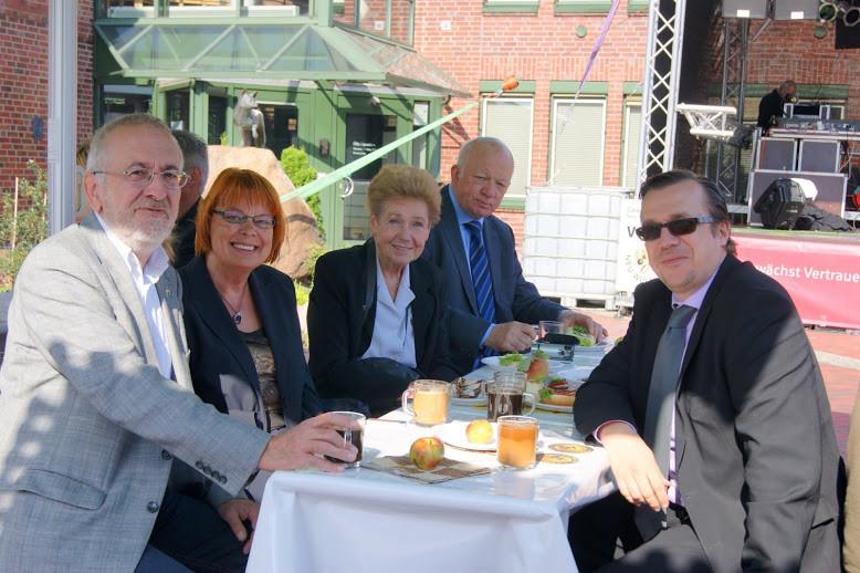 Medien und Politik: NEUER RUF-Herausgeberin Hannelore Bobeck, Sylvia Karasch und Michael Graul in lockerer Runde mit Bürgermeister Wolf Rosenzweig und FDP-Mann Karthoff