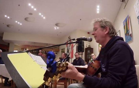 Marcel Schaar, der als Solo-Künstler auftritt und ...