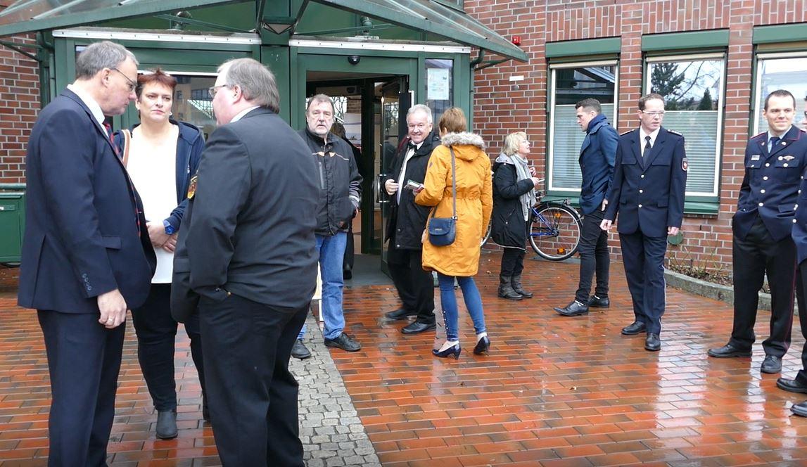 Vor dem Foyer sammeln sich die ersten Gäste