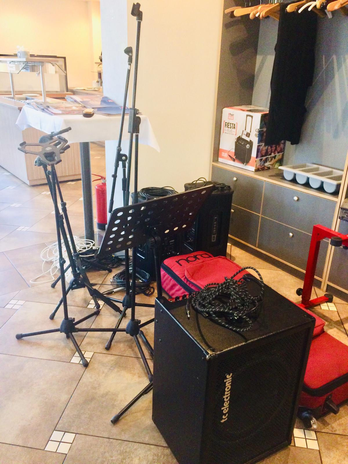 "Das Equipment unserer Begleitband ""Dreana"" wird gebracht"
