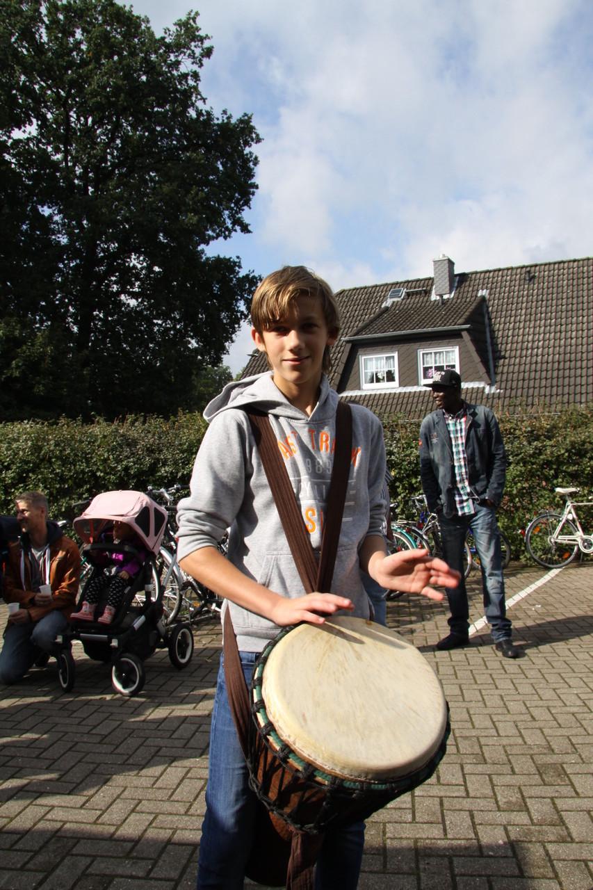 """Ein Trommler von """"Trommelkunst Neu Wulmstorf"""" sorgt für musikalische Untermalung ..."""