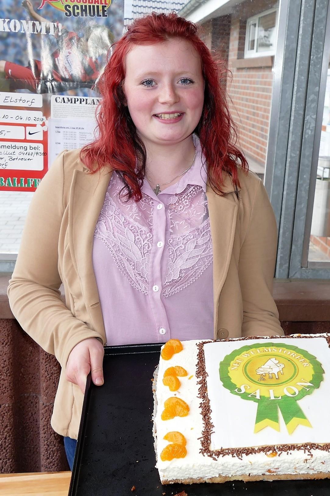 Zum Dessert gibt´s ein Stück von der NEU WULMSTORFER SALON-Torte, die Konditorin Jaqueline Ringel spendiert hat