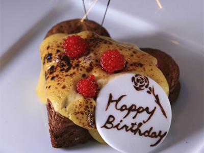 お祝いのケーキを無料プレゼント。事前にご予約ください。