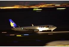 シャッタースピード1/20 F2.8で撮影(誘導灯の軌跡の長さはシャッタースピードを航空機のスピードで変わる)
