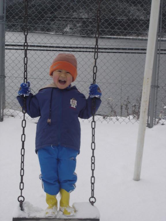 今はもうない、下西小学校で雪遊び。私の初勤務校。サムライくんが産まれたころはこの学校の住宅に住んでました。店長さんも実はここで赤ちゃん時代を過ごしましたよ。