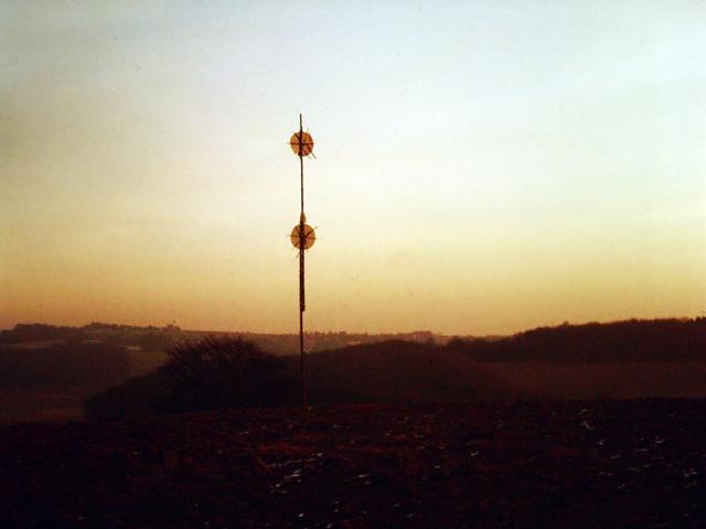 Zwei Pole, Monument, Fichtenstämme, Kupferplatten, Höhe: 21 m, 1982