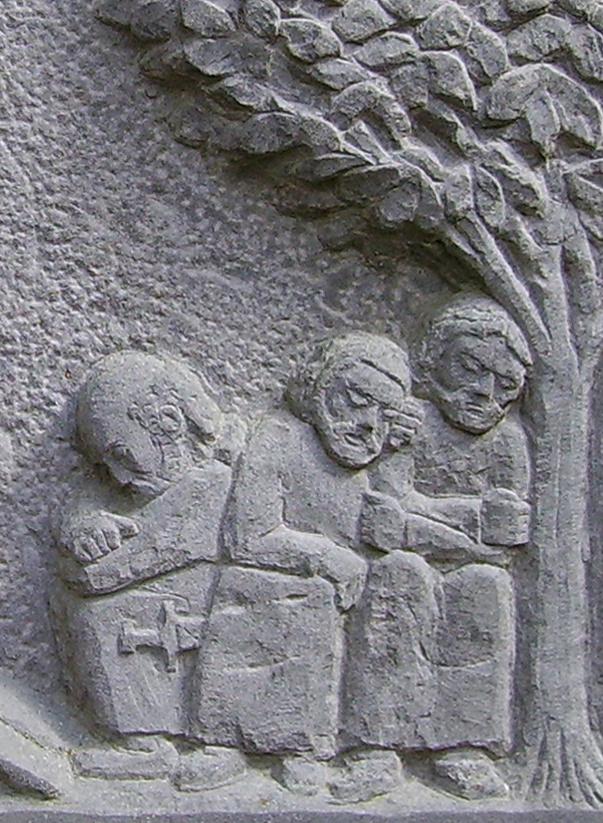 Schlafende Apostel, Grauwacke, Relief an Kapelle, Ommerborn, 60x60cm, 1992
