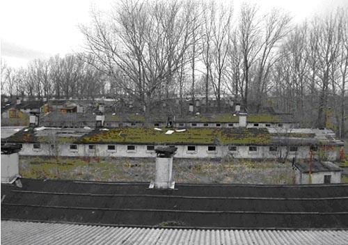 Stillgelegte Schweinemastanlage Dölzschen, wie wir sie 2004 erworben haben: mehr als 20 ehemalige Ställe und weitere Gebäude und versiegelte Flächen