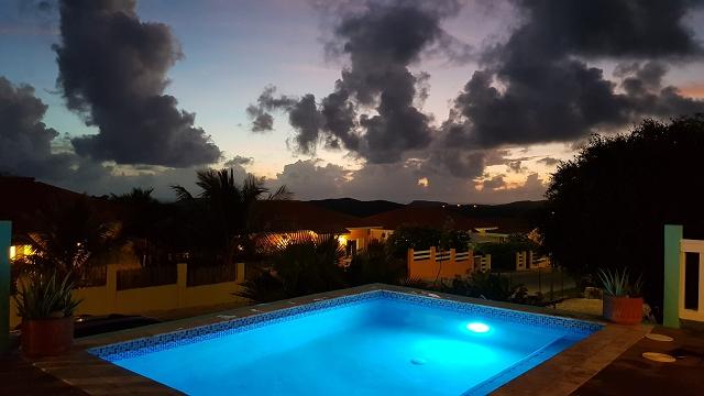 Sundown-Pool-CAS-BON-BINI-Urlaub-Curacao-Ferienhaus-Karibik-Villapark-Fontein