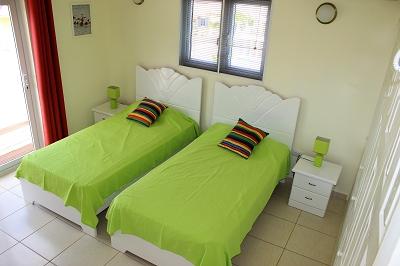 schlafzimmer -vorne-Ferienhaus-CAS-IGUANA-Urlaub-Curacao-Karibik-Villapark-Fontein