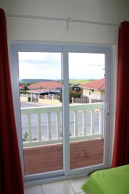 schlafzimmer-vorne-Ferienhaus-CAS-IGUANA-Urlaub-Curacao-Karibik-Villapark-Fontein