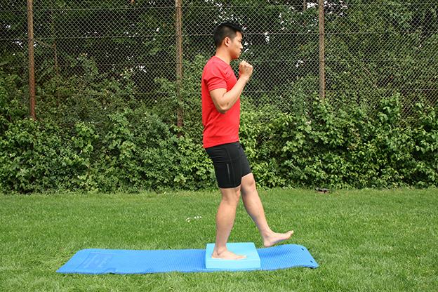Dr. Matthias Marquardt, MARQUARDT RUNNING Athletik-Uebung: Kniebeuge einbeinig 01