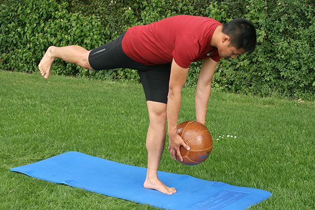Dr. Matthias Marquardt, MARQUARDT RUNNING Athletik-Uebung: Diener mit Medizinball 02