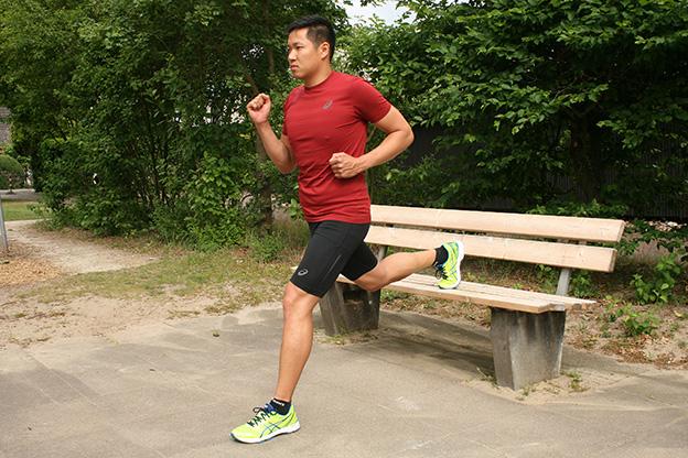 Dr. Matthias Marquardt, MARQUARDT RUNNING Athletik-Uebung: Kniebeuge einbeinig an der Bank 01