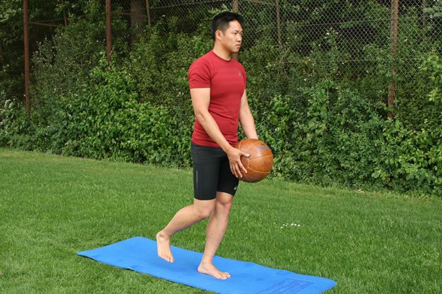 Dr. Matthias Marquardt, MARQUARDT RUNNING Athletik-Uebung: Diener mit Medizinball 01