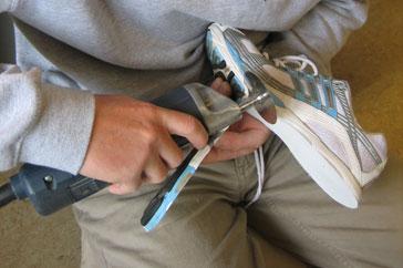 2. Die Außensohle Ihres Laufschuhes wird schonend entfernt.