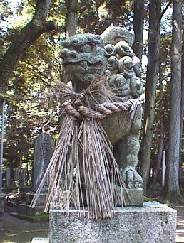 愛宕神社前の狛犬。