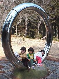 天狗の輪 この輪をくぐり小天狗は珠を得るために厳しい修行に 入っていったとされています。