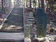 神社横からの参道
