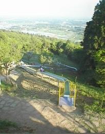 山に全長100mローラー滑り台ができました。 お尻が少し痛いですが、おもしろい。