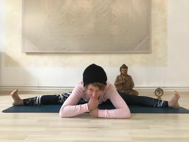 Yoga und beruhigende Asanas und Pranayama für den Abend von Lisa Stopik auf dem Mama Yoga Blog MOMazing.