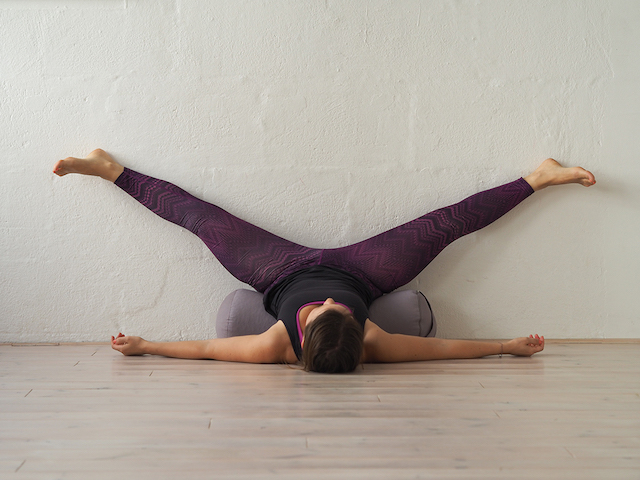 Yin Yoga in der Schwangerschaft - Wall YIN - Mama Yoga Blog MOMazing.