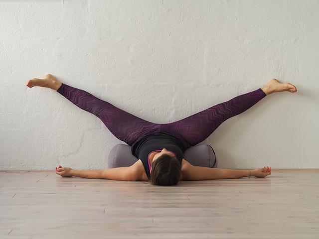 Yin Yoga in der Schwangerschaft - Wall YIN - Mama Yoga Blog MOMazing.