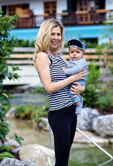 Jivamukti Yogalehrerin Gabriela Bozic mit ihrem kleinen Buddha Boy