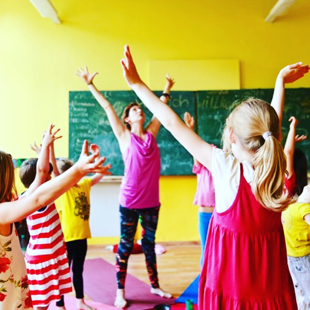 Kinderyoga-Lehrerin Andrea Helten mit ihren kleinen Gurus. Ihr spannender Weg auf dem Mama Yoga Blog MOMazing.