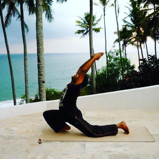 Yogalehrer und Papa Arun beim Yoga in Varkala MOMazing Yoga Mama Mami Blog Yogamama