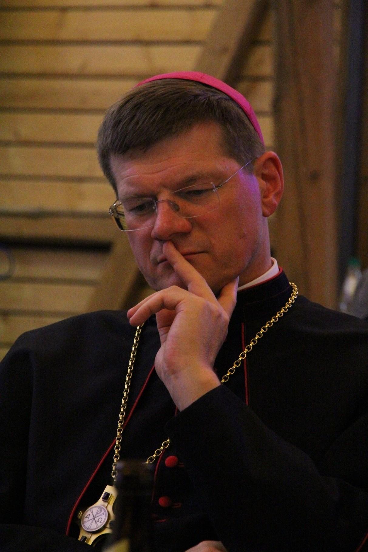 Erzbischof Stephan Burger lauscht dem Gesagten gespannt