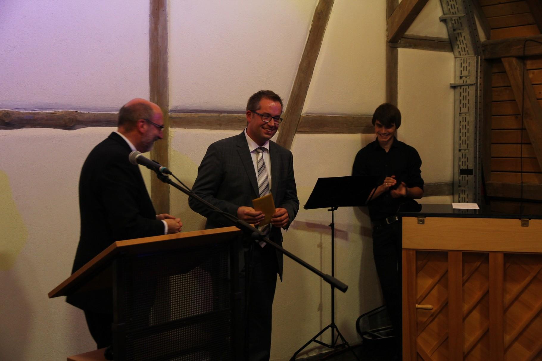Organist Stefan Müller erhält ebenfalls ein Präsent für seinen großen Einsatz