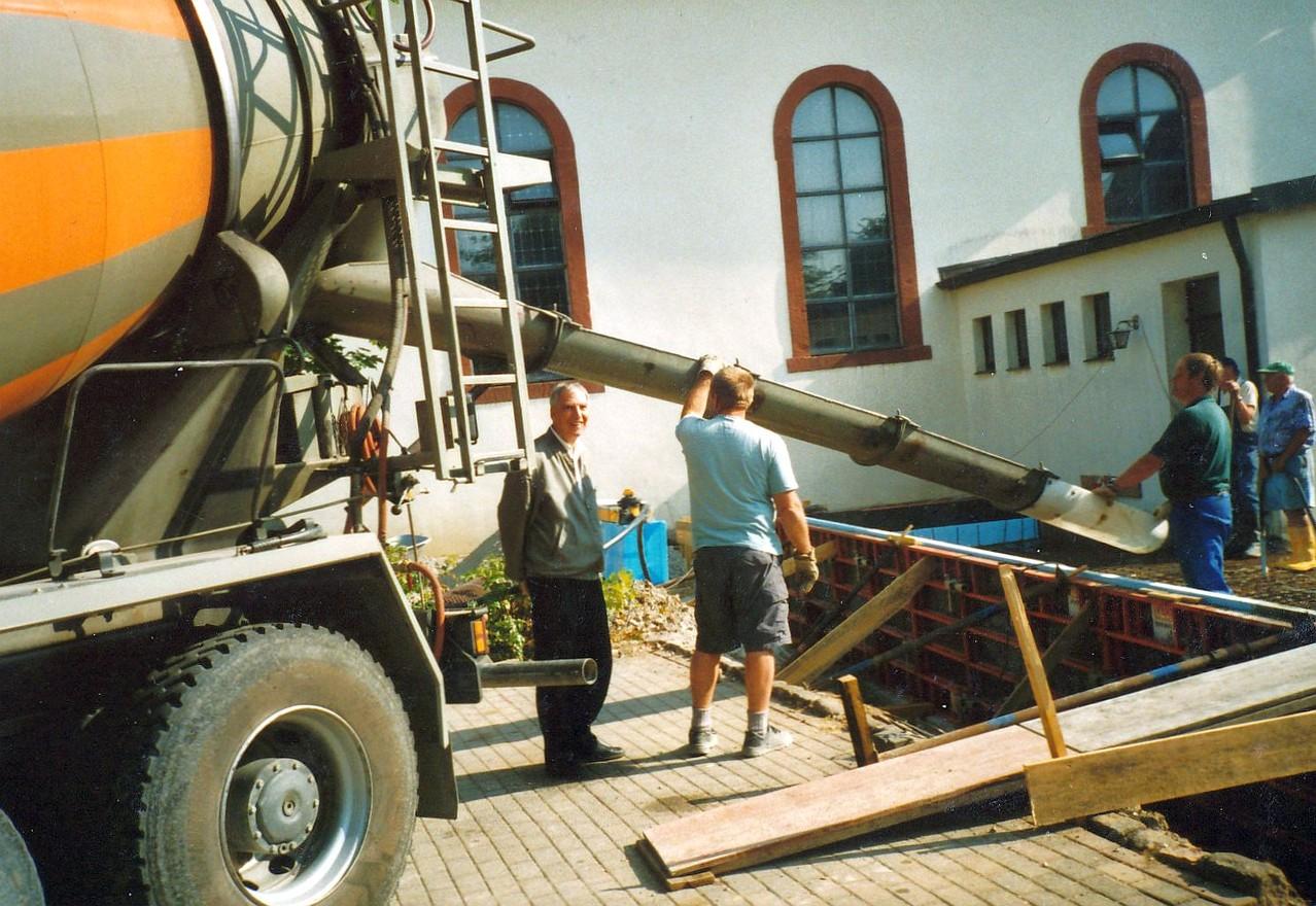 Bauherr Pfarrer Rudolf Bschirrer auf der Baustelle des neuen Gemeinderaums