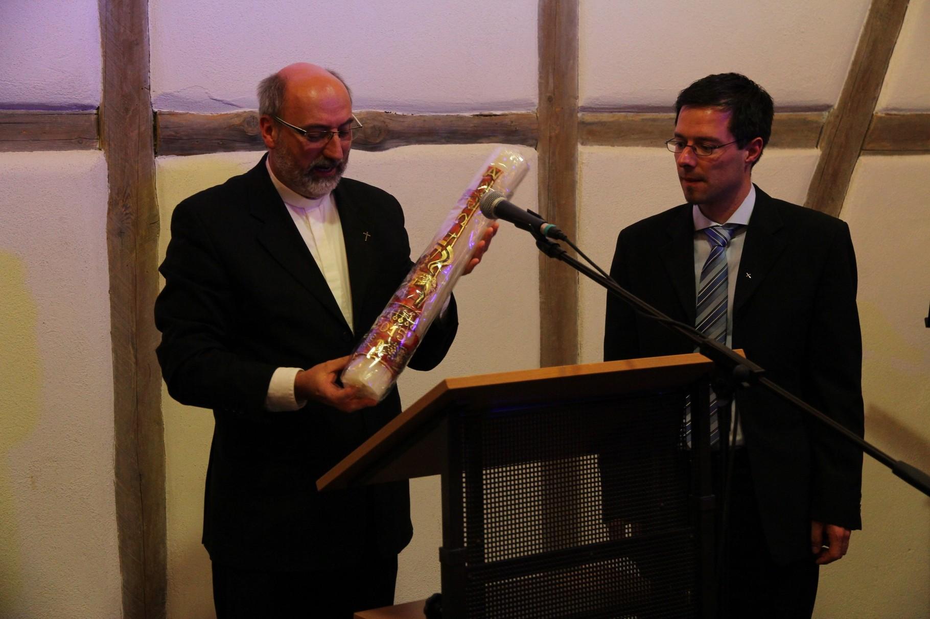Pfr.Schneider übergibt dem evang. Pfarrer Stromberger eine Osterkerze als Dank für die Gastfreundschaft (1)