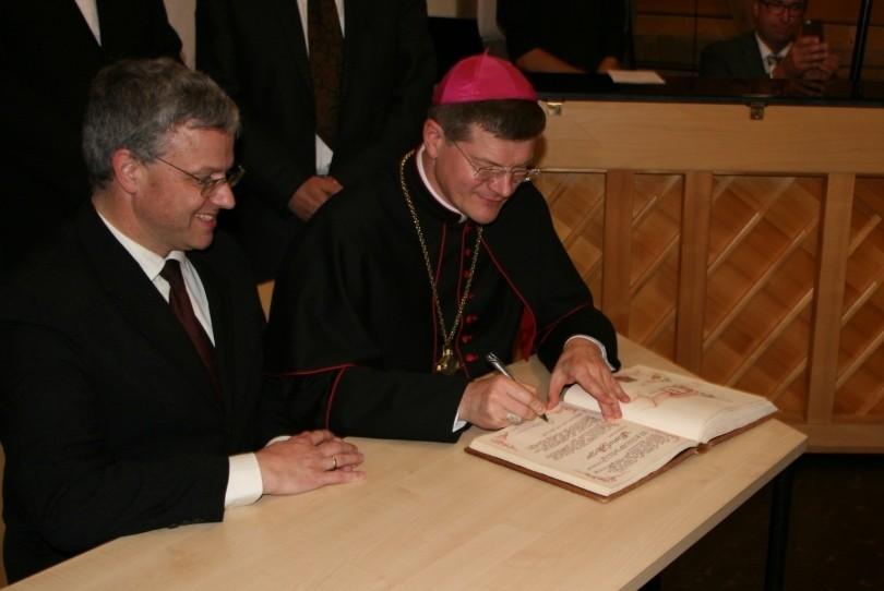 Eintrag von Erzbischof Stephan Burger in das Goldene Buch der Gemeinde Seckach (3)